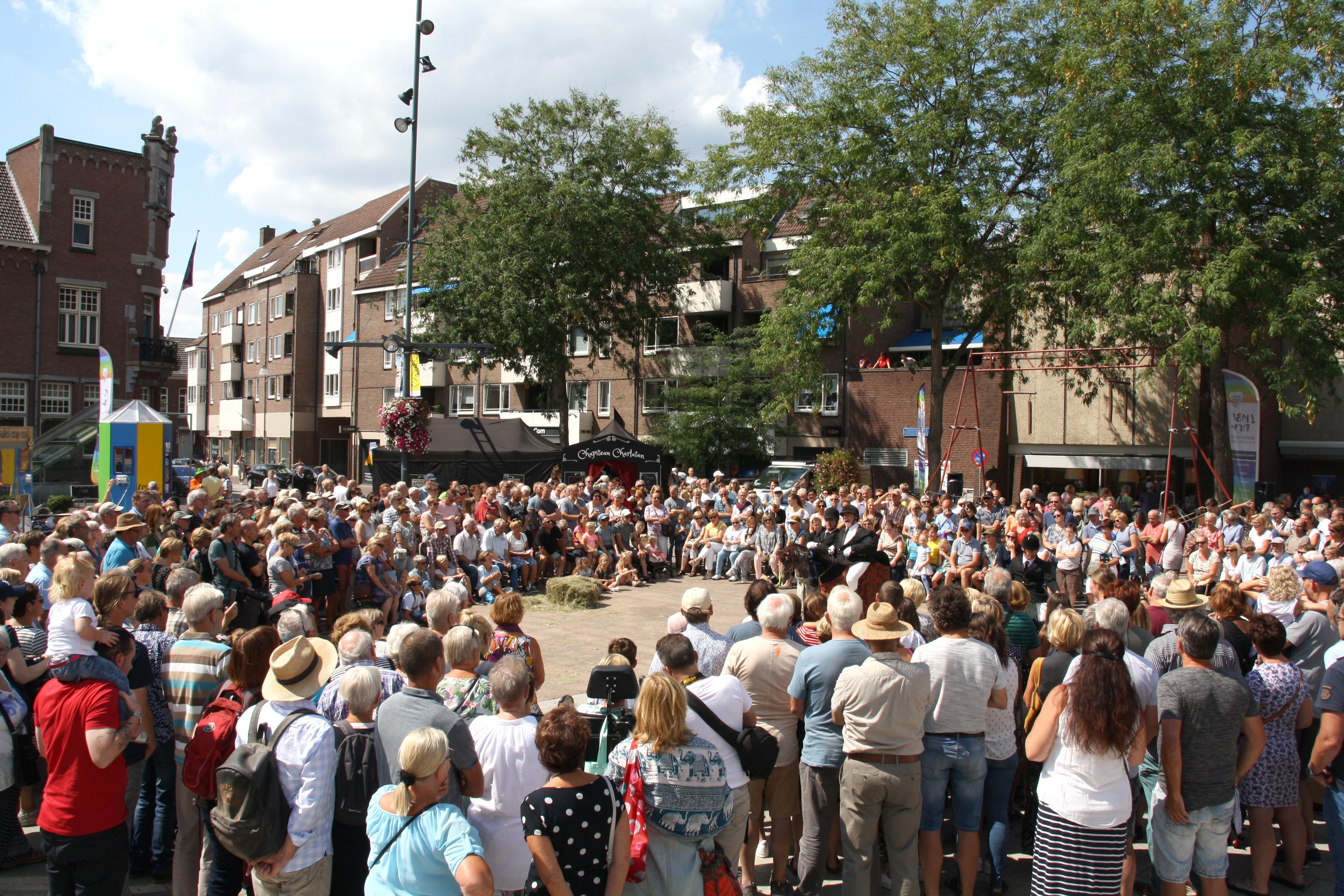 Grote drukte tijdens de Gekleurde Stad in Roermond.